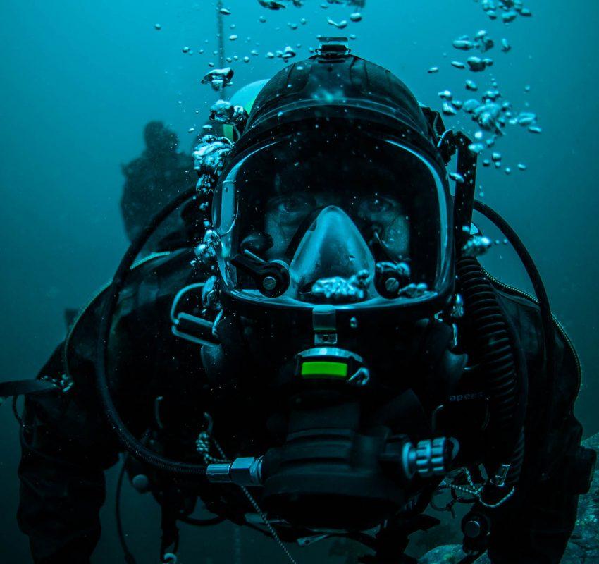Les membres de l'expédition Under The Pole sont des plongeurs qui apportent chacun leur polyvalent technique à l'expédition : mécanicien, scientifique, cameraman, intendant etc… portrait d'Anthony Savary, skipper, en circuit ouvert avec un masque faciale.