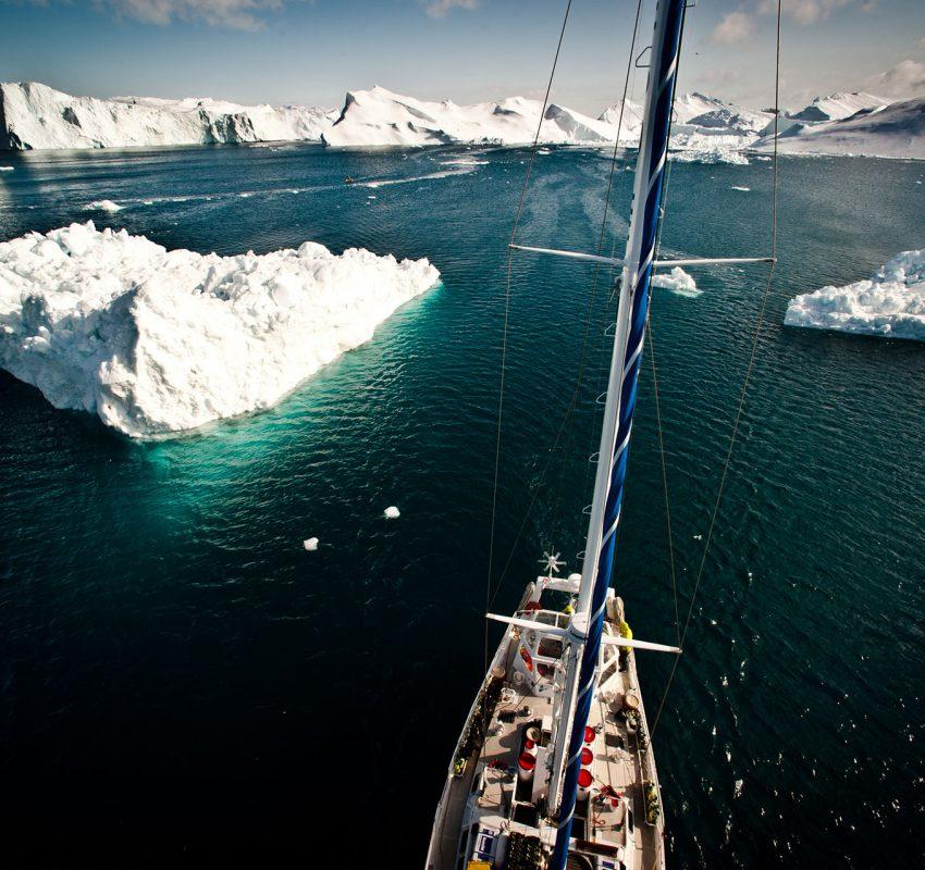 Les icebergs d'Ilulissat sont les plus gros de l'hémisphère Nord. Le glacier Jacobsen vêle des icebergs pouvant atteindre 100 mètres au dessus du niveau de la mer. La partie émergée représentant environ un huitième de l'iceberg, on reste songeur en imaginant l'impressionnant volume global.  L'équipe d'Under The Pole est venu plonger sous ces montagnes de glaces. Ghislain et Martin sont descendus 70m le long des parois glacées.